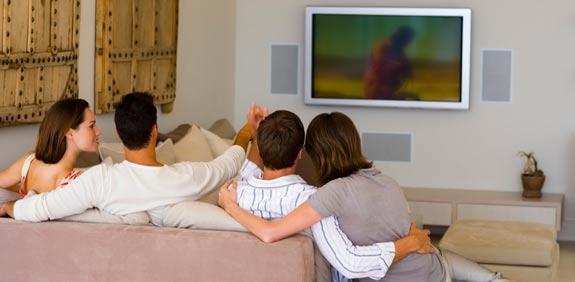 אנשים צופים בטלוויזיה  / צלם:  טינקסטוק