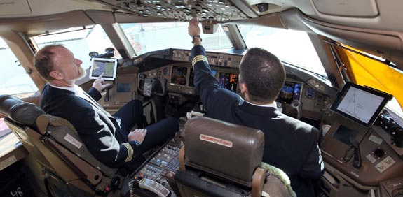 טייסים משתמשים באייפדים / צילום: סיון פרג'