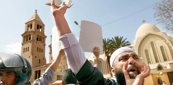 הפגנות מול הכנסיה / צילום: רויטרס