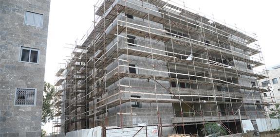 בנין בשיפוץ / צילום: איל יצהר