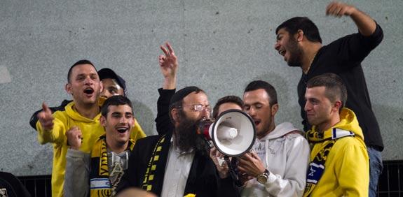 """ברוך מרזל ואוהדי בית""""ר ירושלים / צילום: שלומי יוסף"""