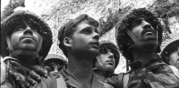 """הצנחנים לאחר שחרור הכותל / צילום: דוד רובינגר לע""""מ"""