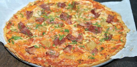 פיצה עם חזה אווז מעושן וקונפי שום / צילום: תמר מצפי