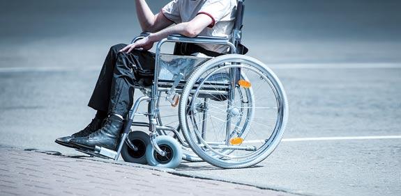 אדם על כסא גלגלים /צילום: שאטרסטוק