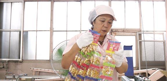 מפעל ממתקים ביפן / צילום: רויטרס