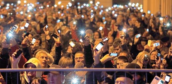 עשרות אלפי הונגרים מנופפים בסמארטפונים / צילום: רויטרס