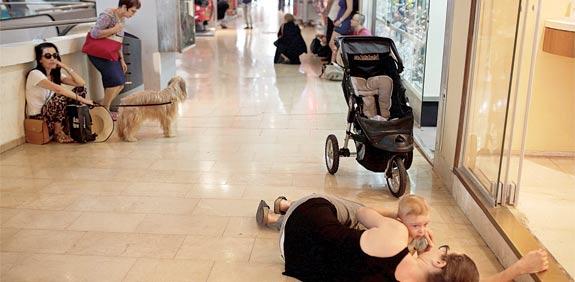 תופסים מחסה במרכז קניות /  צילום: רויטרס