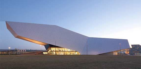 בניין EYE  בתכנון דלוגן מייזל / צילום: ראלף ריכטר