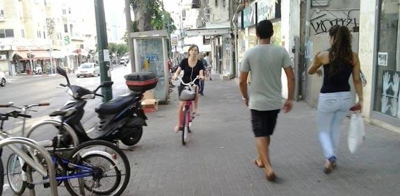 """אופניים על מדרכה / צילום: בלוג """"מחזירים את מדרכות ת""""א להולכי הרגל"""""""