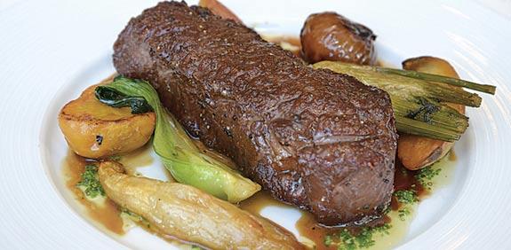 סינטה עם רוטב יין וציר בקר עם ירקות על הגריל/ צילום:תמר מצפי