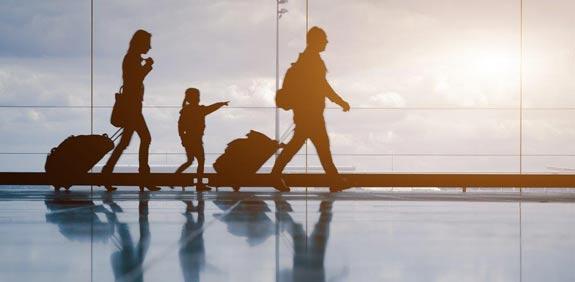 טיסה- משפחה- חופשה- מזוודה/ צילום: שאטרסטוק