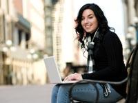 הייטק האינטרנט עסקים מחשב נייד  סלולרי מקוון רשת חברתית אישה  / צלם: פוטוס