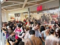 תורים לקולקציית אלבר אלבז ברשת H&M / צילום: יחצ