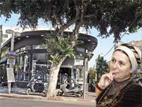 דניאלה וייס,על רקע קפה ביאליק שבבעלותה / צלם תמר מצפי