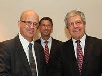 """לוחצים ידיים. משמאל לימין: פרופ' קלפטר, שי און וביל מק'קרקן  / צילום:  יח""""צ CA Technologies"""
