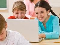 ילדים אינטרנט גולש גלישה מחשב היי-טק הייטק / צלם:  טינקסטוק
