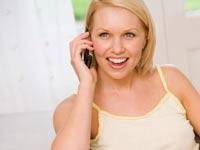 אישה מדברת בטלפון סלולרי  /  צלם:  טינקסטוק