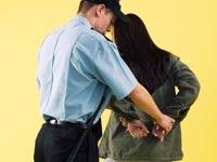 עבריינית  גניבה, גנבת פושעת עצור שפוטה שוטר האקר משפט דין  / צלם: thinkstock
