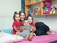 נעמה קינן-לוי עם שלושת הילדים / צילום: עינת לברון