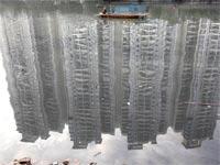 השתקפות מגדלי מגורים בסין / צילום: רויטרס