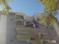 מרפסת שקרסה בבניין בחדרה / צילום: גיל ארבל
