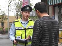 """שוטר נותן דו""""ח תנועה / צילום: תמר מצפי"""