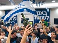 פעילי יש עתיד חוגגים את נצחון הבחירות / צילום: רויטרס