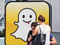 צעירים מול פרסומת של Snapchat / צילום: בלומברג