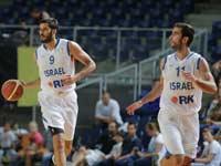 יוגב אוחיון ועמרי כספי במדי נבחרת ישראל / צלם: באדיבות איגוד הכדורסל