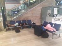 נוסעים ישנים בשדה התעופה בזגרב / צילום: איל יצהר