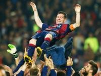 שחקני ברצלונה מניפים את ליונל מסי / צלם: רויטרס