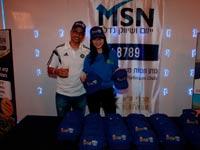 """חלוקת כובעים של MSN ייזום ושיווק נדל''ן בתא הכבוד באצטדיון בלומפילד / צלם: מכבי ת""""א"""