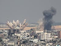 צוק איתן  הפצצות בלב עזה/ צילום: רויטרס
