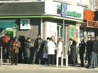 אוקראינים עומדים בתור לבנק / צילום: רויטרס
