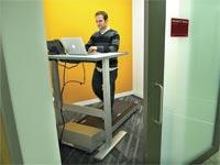 הליכון בעמדת עבודה  / צילום:בלומברג