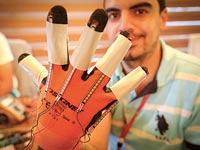 הכפפה שמסייעת לחירשים / צילום: חגי אהרון