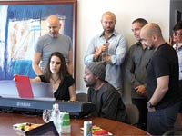 Will.i.am עם הנציגים של חברת טונטרה / צילום: יחצ
