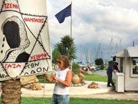 ציפי לבני קורעת כרזה אנטי ישראלית ביוון  / צילום: מתוך הפייסבוק של ציפי לבני