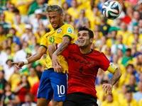 ניימאר מנבחרת ברזיל מול רפאל מארקז מנבחרת מקסיקו / צילום: רויטרס