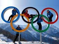 מתנדב של אולימפיאדת החורף סוצ'י 2014 משקיף על ההרים המושלגים / צלם: רויטרס
