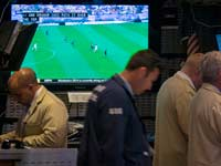 משחק במסגרת מונדיאל 2014 מוקרן בקומת המסחר בוול-סטריט / צלם: רויטרס
