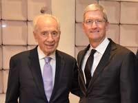 טים קוק והנשיא לשעבר שמעון פרס / קרדיט: דוברות מרכז פרס