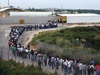פועלים פלסטינים עוברים במחסום חשמונאים / צילום: רויטרס