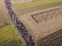 פליטים מוסלמים בדרך לאירופה/ מתוך DailyMail