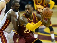 לברון ג'יימס מול לואל דנג, קליבלנד קאבלירס נגד מיאמי היט, NBA / צלם: רויטרס