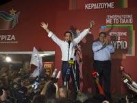 אלכסיס ציפראס מניף ידיו לאות ניצחון בבחירות ביוון / צילום: רויטרס