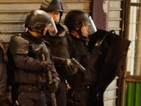 פשיטה של משטרת צרפת על יעד ברובע סאן דני / צילום: רויטרס