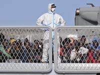 מהגרים מאפריקה שנאספו בלב ים על ידי הצי היטלקי/ צילום: רויטרס