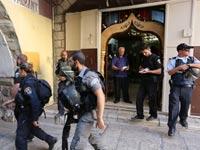 פקח עיריית ירושלים מוקף באבטחה / צילום: יוסי זמיר