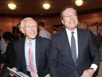 """נגיד הבנק המרכזי דראגי עם סטנלי פישר סגן יו""""ר הפד / צילום: איל יצהר"""